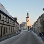 Blick aus der Toreinfahrt auf Kirche und Innenstadt