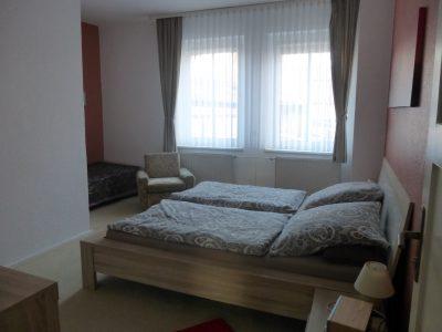 grosses Schlafzimmer der Gästewohnung